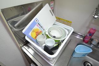 簡単な調理器具や食器もご用意しております^^長期ご利用のお客様でもお料理ができると安心ですね!お部屋によって多少異なりますが、フライパン・鍋・包丁・まな板・皿・フライ返し・お玉・コップ・マグカップ・茶碗・椀・汁椀・ボウル・ザル・スプーン・フォーク・割り箸などご用意しております♪