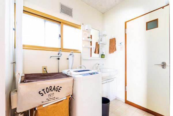 洗面所の様子です。洗面台、洗濯機があります。