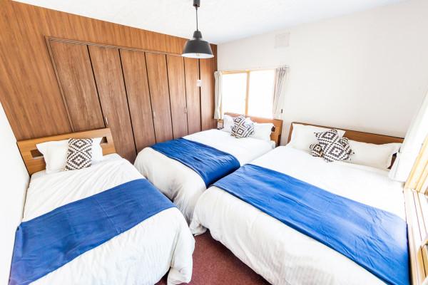 ベッドルーム2です。ダブルベッド2つ、シングルベッド1つございます。