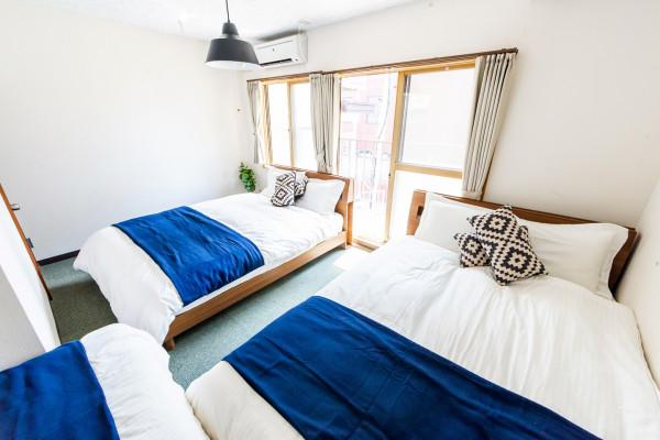 ベッドルーム1です。ダブルベッド2つ、シングルベッド1つございます。