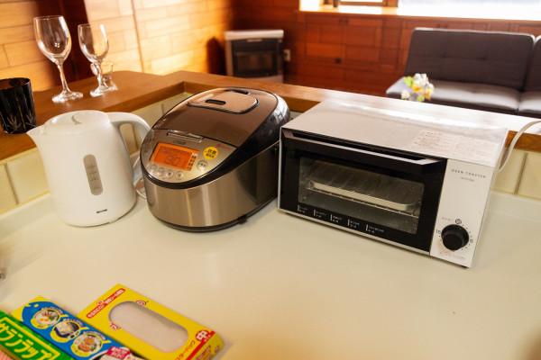 充実の調理器具。電子レンジと冷蔵庫もございます。