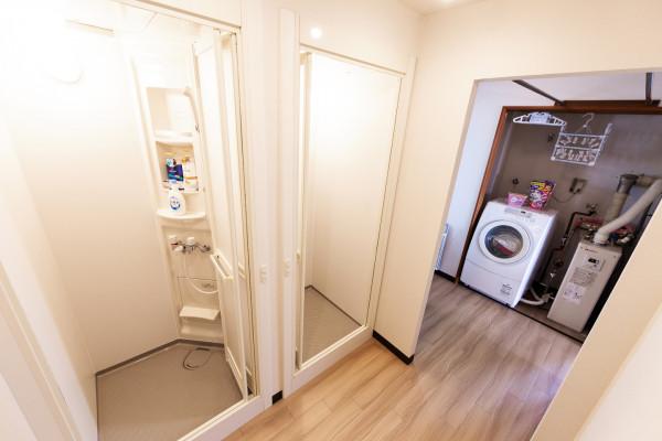 シャワールームです。パーテーションも設置しているので2人同時にご利用されてもプライベートを保つことができます。