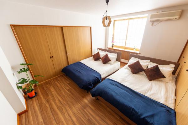 ベッドルーム2。こちらもダブルベッドが2つございます。空間も広々としています。
