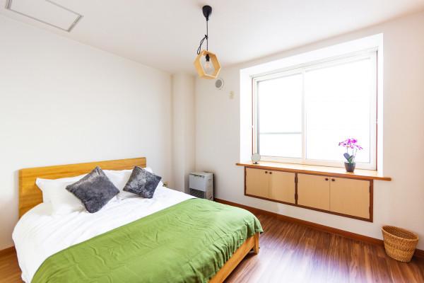 ベッドルーム4。こちらはダブルベッドが1つございます。