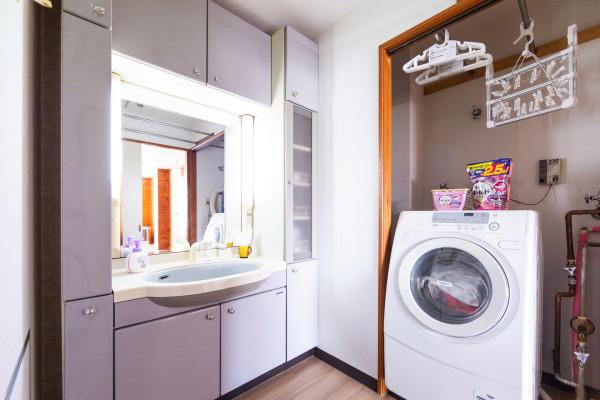 洗面台と洗濯乾燥機です。外出される際にはこちらの洗濯乾燥機が役立ちます。こちらに洗濯物をと洗剤を入れスイッチを入れると、帰ってきた頃には乾き切っています。