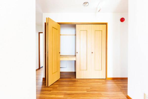 こちらの収納部分の一部をトイレにリフォームしておりますので、室内にはトイレが2つあり、混み合うことなく便利です。