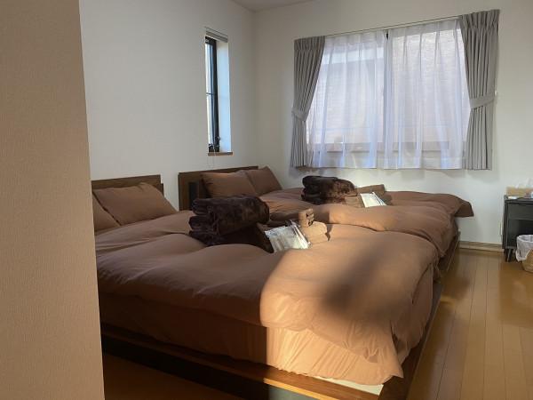 洋室① セミダブルベッド*2