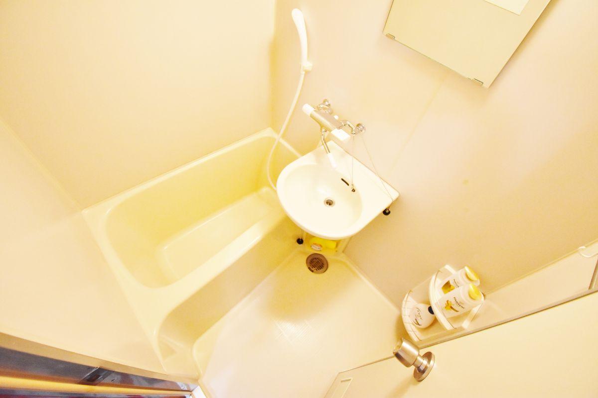 バストイレ別ですので、女性でも安心してご利用いただけます♪バスルームにはシャンプー・リンス・ボディソープ・風呂用洗剤・スポンジをご用意しておりますのでぜひご活用ください!尚、シャンプーとリンスは別にご用意しております^^