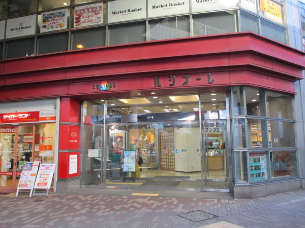 駅直結のビルには、スーパー、ドラックストア、飲食店など複数店舗入っており、充実しています