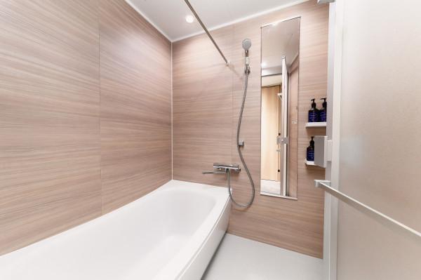 足を伸ばせる広い浴槽