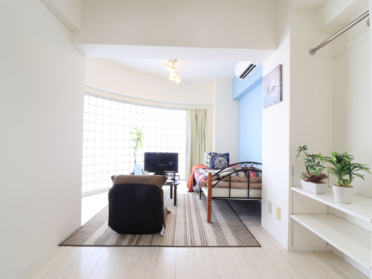 大き目なテレビがあり、ゆっくり寛げる空間となっております。家具家電だけでなく、ティッシュやリセッシュ等もご用意させてもらっているので非常にご満足度高くご利用いただいております!