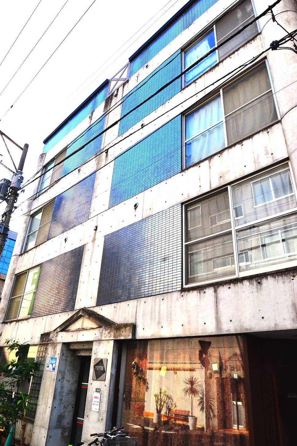 お洒落な外観(^^♪広島の中心地にあるので交通の便も非常に良く、周辺にはコンビニ・飲食店・コインランドリー等、生活される際に助かるお店が多数あり、とても便利な立地です。