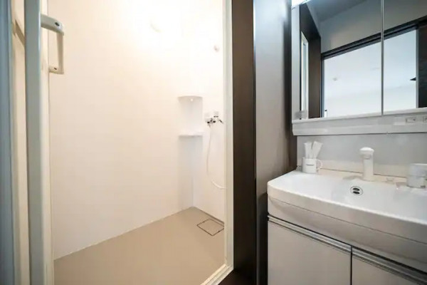 洗面台の横にはシャワールーム♪