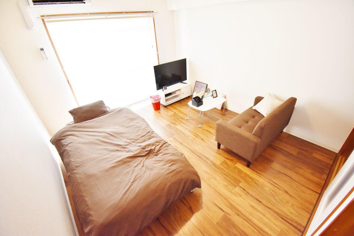 お部屋には、ベッド・寝具・ソファ・ローテーブル・テレビ・テレビボード・掃除機・パラソルハンガー・全身鏡・テーブル鏡・時計・お部屋用消臭剤・ダストボックスなどご用意しております!5階の日当たりも抜群のお部屋ですのでごゆっくりおくつろぎいただけるかと思います☆