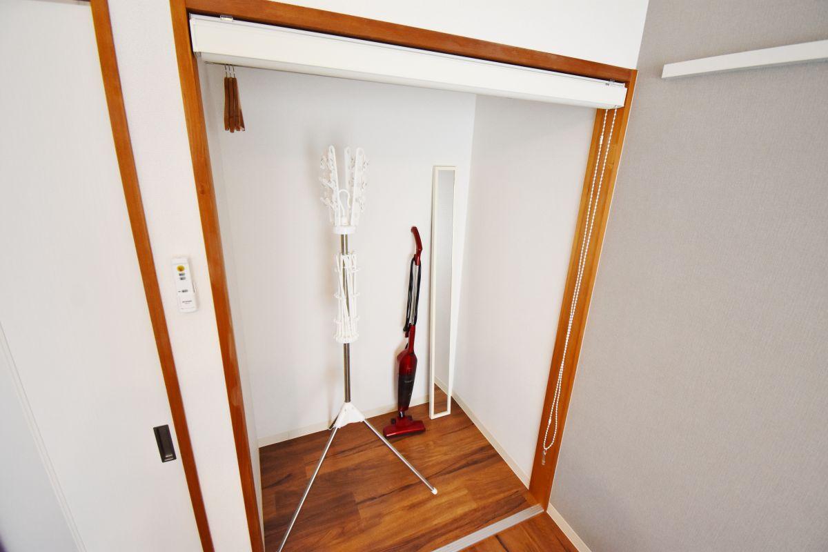 掃除機や室内干し用のパラソルハンガーをご用意しております。室内に洗濯物が干せますので、女性の方でも安心してご利用いただけますね♪
