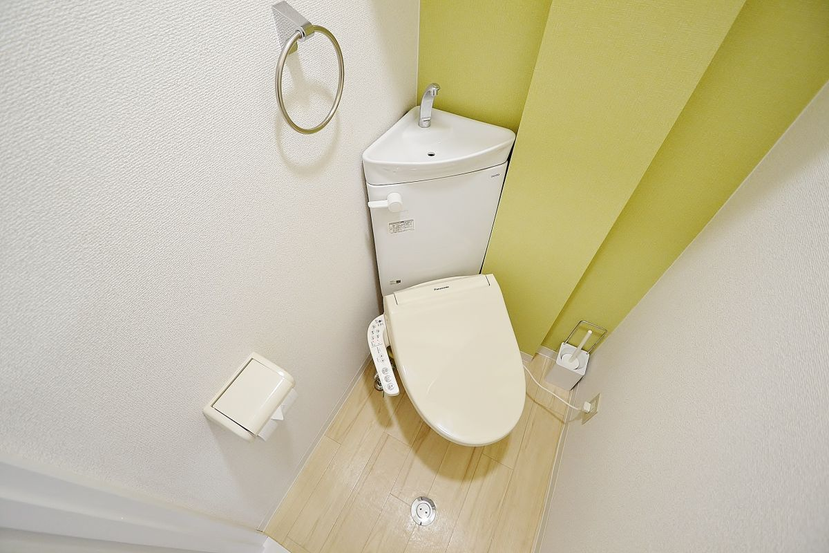 ウォシュレットつきのトイレです。老若男女皆様に安心してご利用いただけますね☆トイレにもトイレ用洗剤とトイレ用ブラシをご用意しておりますので長期ご利用の場合の気になる汚れなどもお掃除して頂けます^^