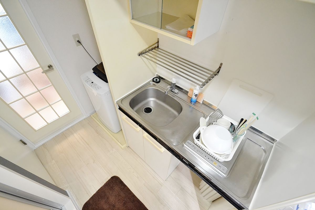 洗濯機、クリーニングされたタオル、お鍋やフライパンなど簡単な調理器具なども揃えております。洗濯洗剤、食器洗いの洗剤などもあります。