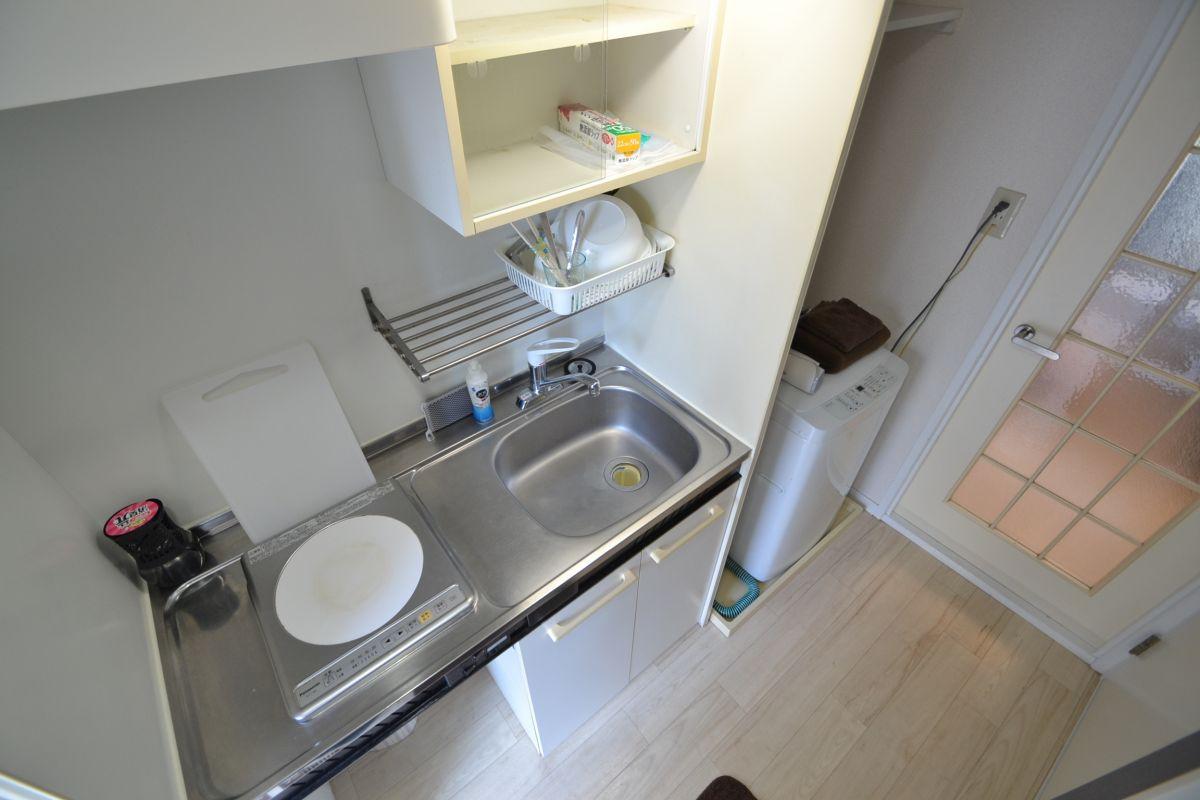 お鍋やフライパン、お玉、フライ返し、包丁、まな板などの調理器具から、お箸、お椀、茶わん、スプーン、フォーク、スポンジや食器洗剤、ゴミ袋、サランラップまで完備しております♪洗濯機、冷蔵庫、電子レンジ、ケトル、洗濯用洗剤、クリーニングされた清潔なタオルまでご用意しております(^_-)-☆