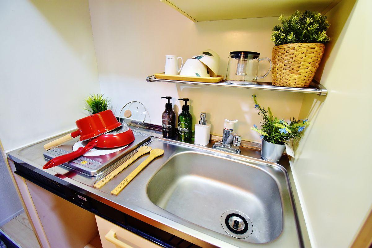 キッチンには冷蔵庫・ケトル・炊飯器・鍋・フライパン・食器類をご用意しております♪食材さえあれば自炊ができます☺