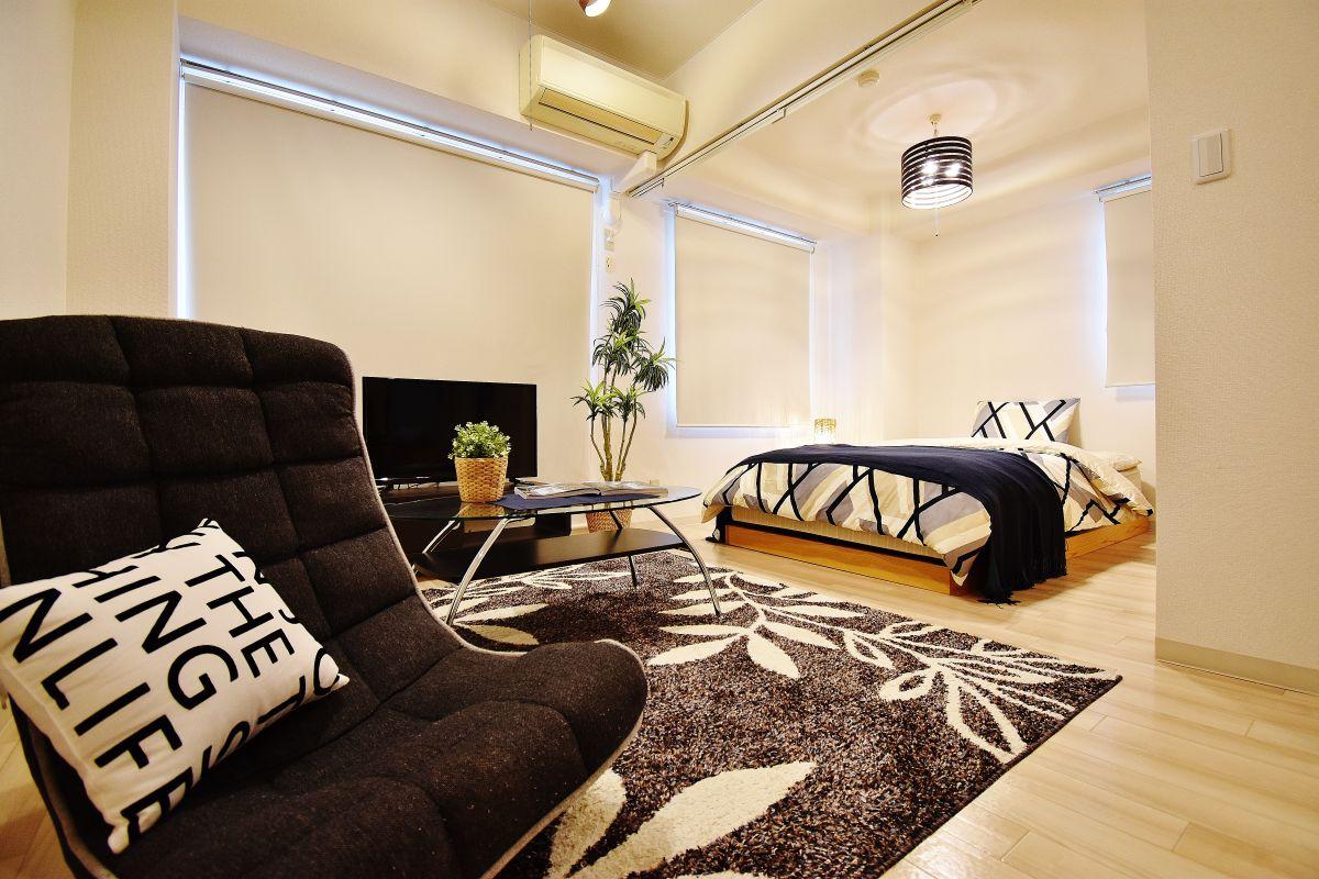 401号室の内観画像です。寝室には、ハウスダストや乾燥でお困りのお客様の強い見方・空気洗浄機もございますのでご安心下さい♪