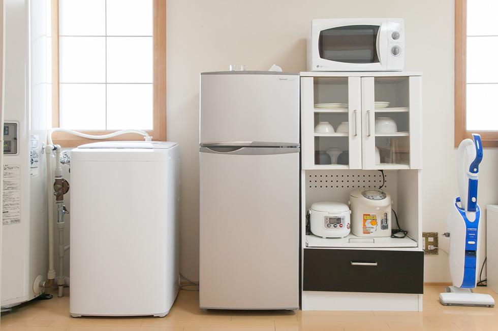 冷蔵庫、食器棚、電子レンジ