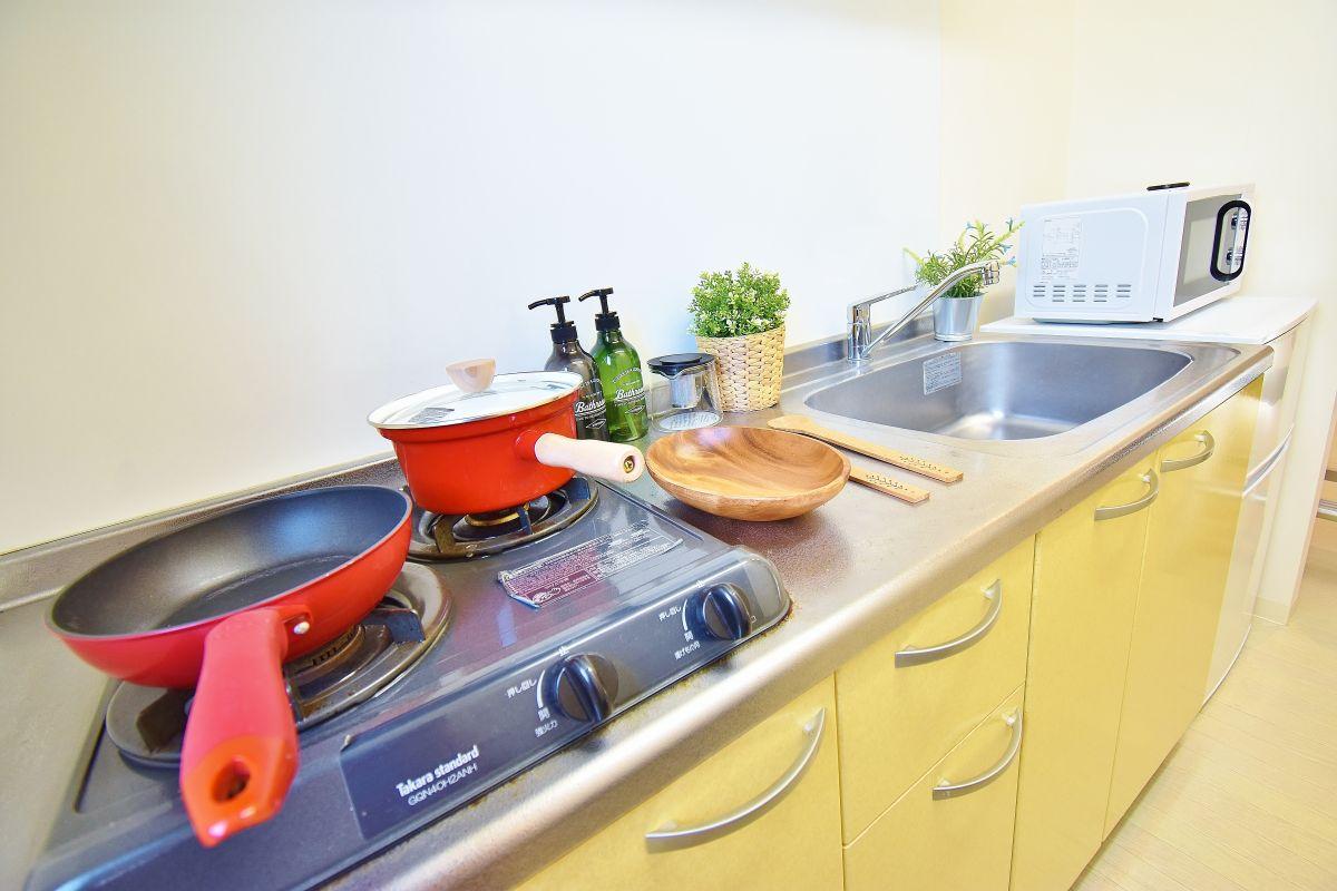 冷蔵庫、電子レンジ、炊飯器、ケトル、お皿や食器、フライパンからお鍋、スプーン、お箸、包丁など簡単な調理器具まで完備しております。ホテル暮らしだと外食ばかりになってしまいますが、自炊がすぐにできちゃいますね♪フレッシュ・マルシェ 三丁目店まで徒歩3分なので食材やお惣菜、買い物にも便利ですね!(^^)!
