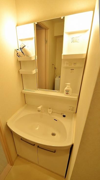 独立洗面台付きで、歯ブラシ、ドライヤーまで完備♫大きな鏡もあり、女性から根強い人気のある物件となっております。エレベータには防犯カメラがあり、オートロックも完備。築浅物件なので、水回りも綺麗なのも、人気の理由ですね(*'ω'*)