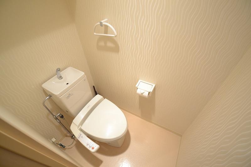 トイレにはウォシュレットも完備です♫トイレットペーパーやトイレ用ブラシ、トイレ洗剤までご用意しております。表町商店街にドラッグセガミ岡山表町店もあるので、足りないもがあればすぐに買い物に行けますね★