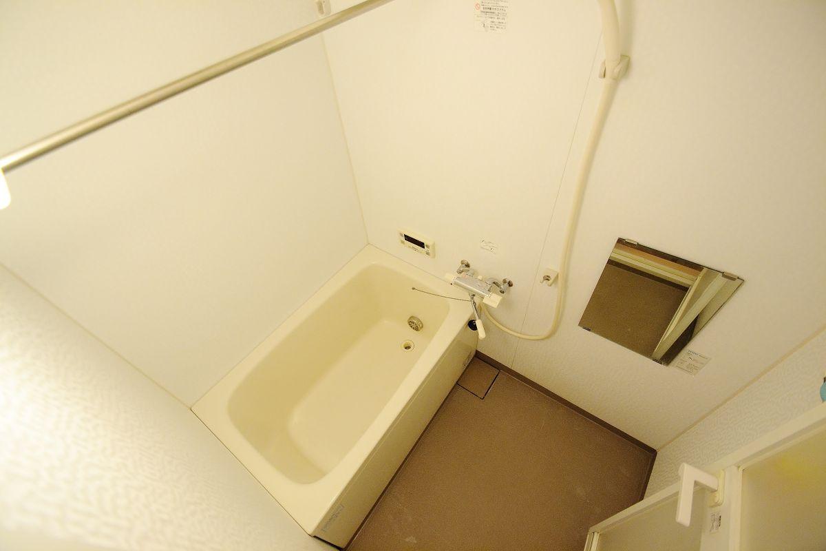 嬉しい浴室乾燥付きのバスルームです。雨の日でも洗濯ものも乾かせて、広いお風呂でゆっくりできて一石二鳥ですね♫表町商店街付近にクリーニング店もあるのでビジネスの方にも安心ですね(*'ω'*)