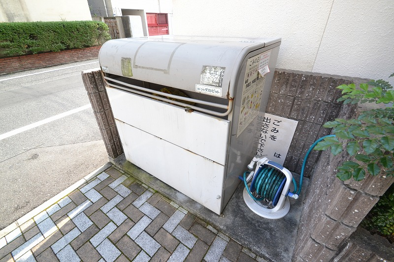 Kマンスリー岡山表町【岡山駅前】の敷地内ゴミ捨場。