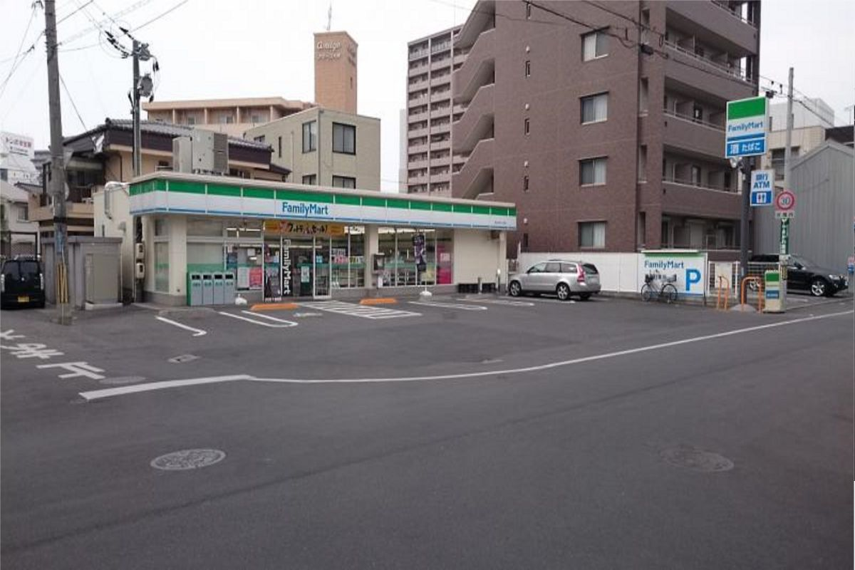 ファミリーマート大供2丁目店まで徒歩9分、700m。