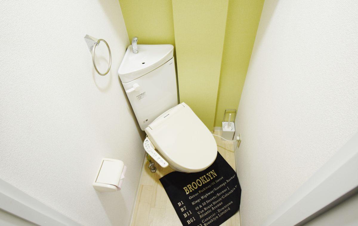 必須アイテムのウォシュレット・ウォームレット装備のトイレです♪現代社会で必要不可欠なアイテムですね!!トイレ用洗剤やトイレ用ブラシ、トイレットペーパーといったものもすべてご用意しております★2号線バイパス、倉敷インターも近いので倉敷を拠点としてビジネスで来られる方にも人気のウィークリーマンションです。