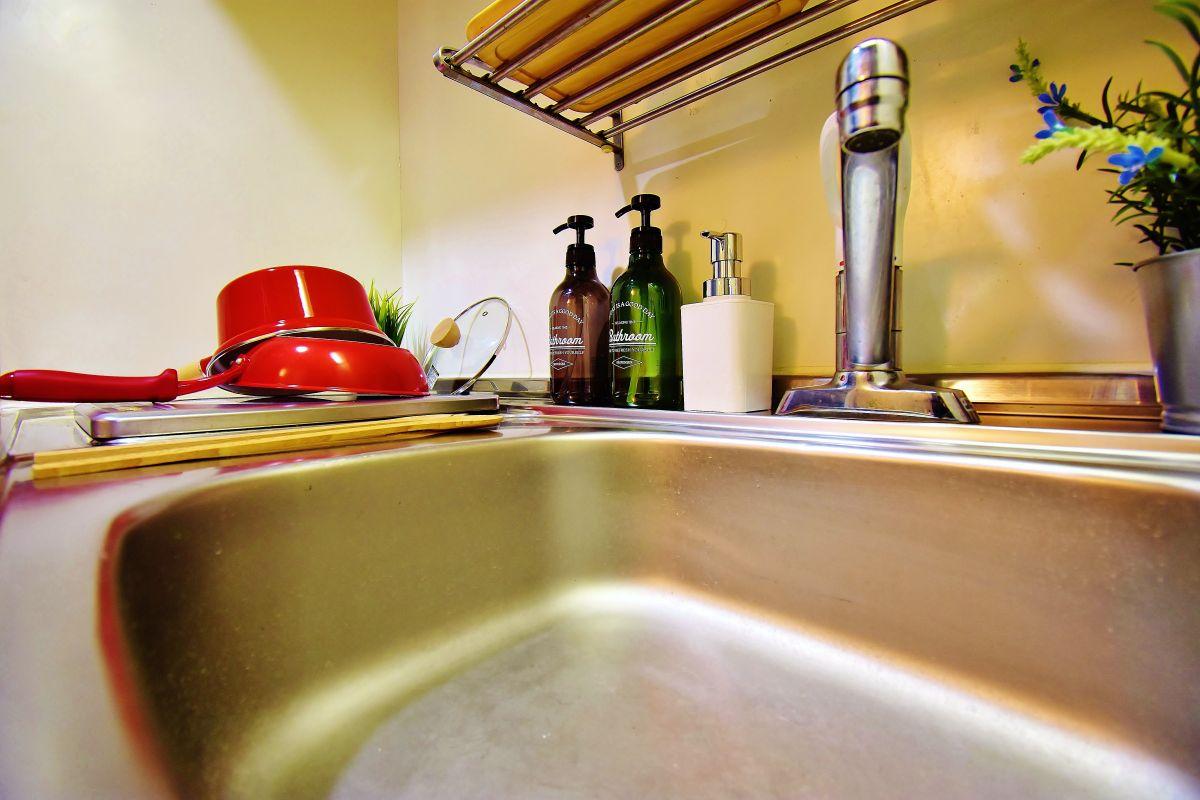 洗濯機、冷蔵庫、ケトル、電子レンジ、炊飯器といった家電から、お皿、茶わんといった食器類、包丁、まな板、ボウル、フライ返し、フライパンといった調理器具も完備しております。来たその日から自炊ができるのはウィークリーマンションの強みですね♪