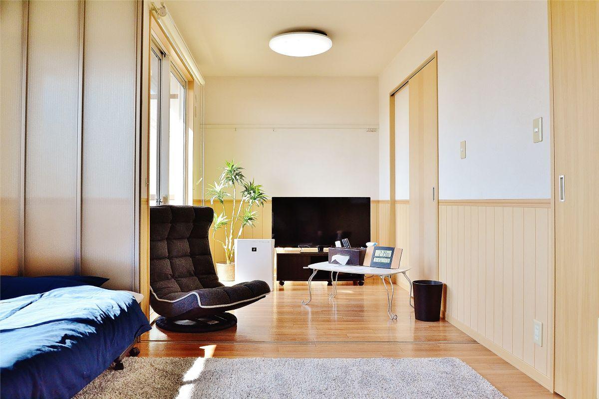 積水ハウス施工の物件なので、大きい窓が特徴的です。白を基調とした落ち着いた雰囲気のお部屋になります。