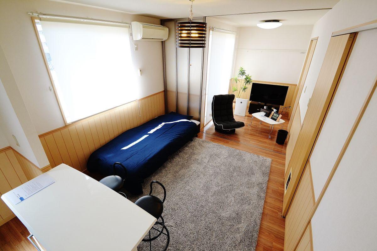 LDK部分にはカウンターテーブル、椅子も完備☆1LDK なので広々使えるマンスリーマンションとなっております。