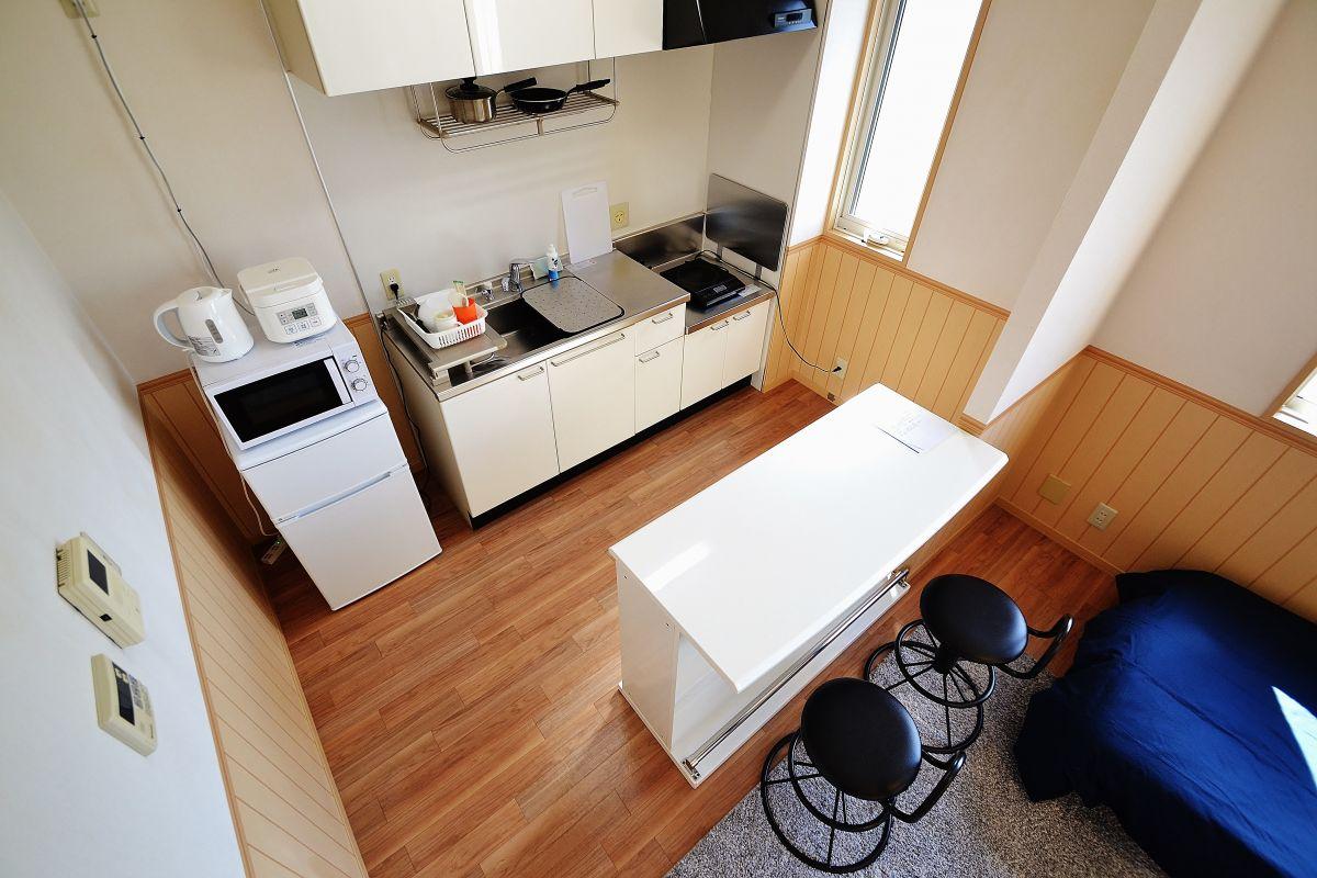 冷蔵庫、電子レンジ、ケトル、炊飯器、IHコンロ、お鍋やフライパン、包丁、まな板、お箸、食器洗い用洗剤など完備^^♪