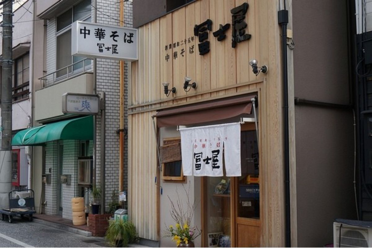 人気で行列が出来る事も…岡山ラーメンの名店「富士屋」まで徒歩7 分、550m。岡山ウィークリーマンションのおススメ店。