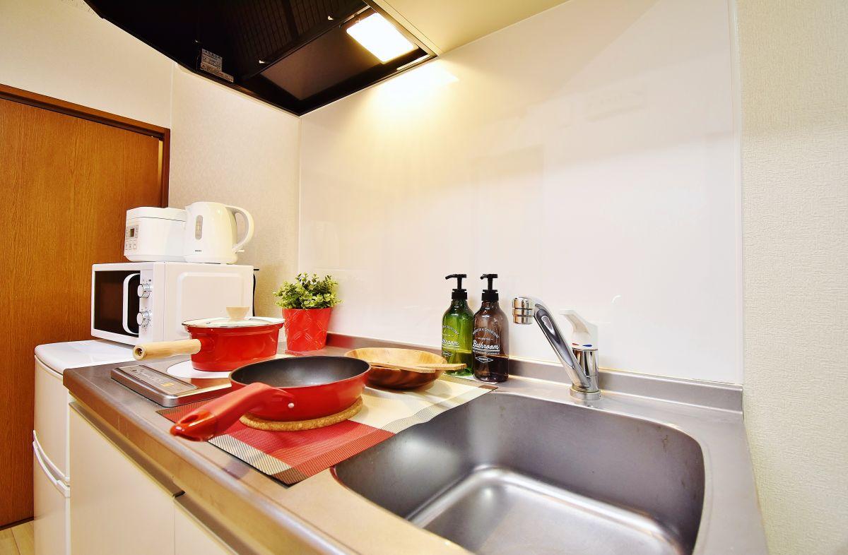 IHクッキングヒーターだと、お掃除も簡単♪食器洗いスポンジや洗剤、手洗い石鹸も完備、家具家電・調理器具もご用意。