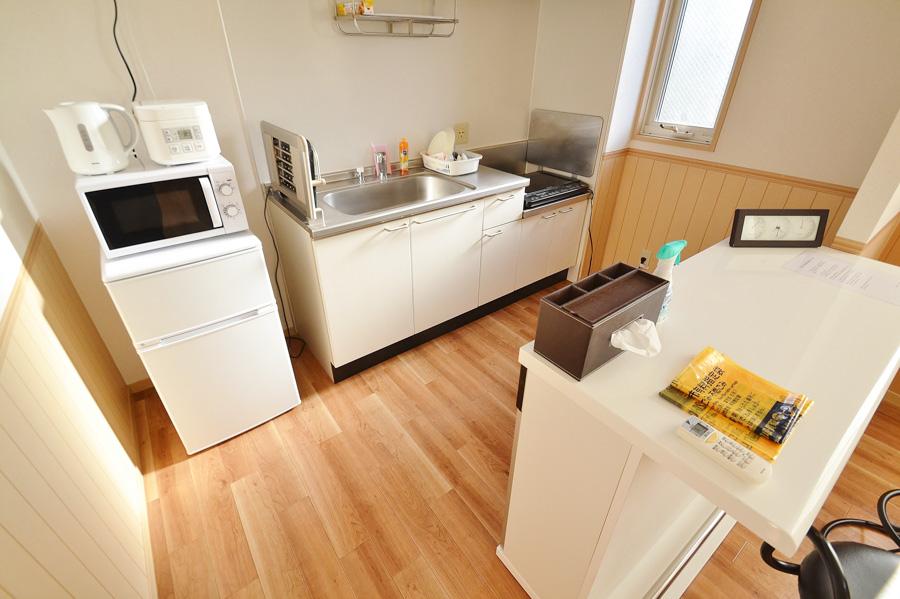 冷蔵庫、電子レンジ、ケトル、炊飯器、2口のIHコンロなど調理に必要な家電の他に、お皿や茶わんなどの食器も完備。