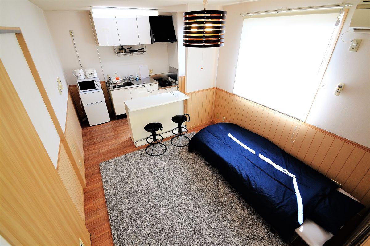 テレビ、DVDプレイヤー、ティッシュ、ベッド、クリーニングされた寝具、空気清浄機も完備。(※106号室の内観写真)
