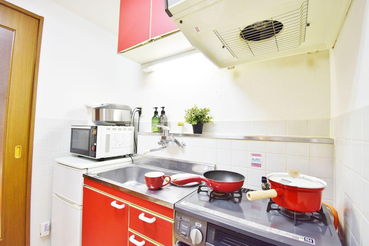 食器やフライパン、鍋など簡単な調理器具も完備しております。