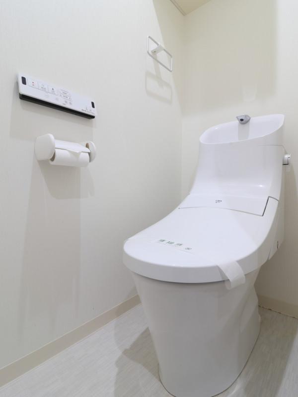 バストイレ別!トイレはなんとウォシュレット付き!トイレットペーパーやトイレブラシ等、他では置いてない備品も沢山ございますので短期~長期でお住まいの方にも「あったら助かるものが多い」と大変ご好評いただいております。