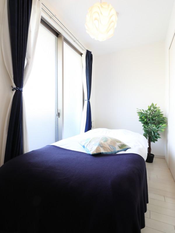 洋室は白を基調とした空間なので心地よく睡眠についていただけます。照明もとってもおしゃれ♪ベッドが折りたたみ式なのでお掃除も楽々できちゃいます!