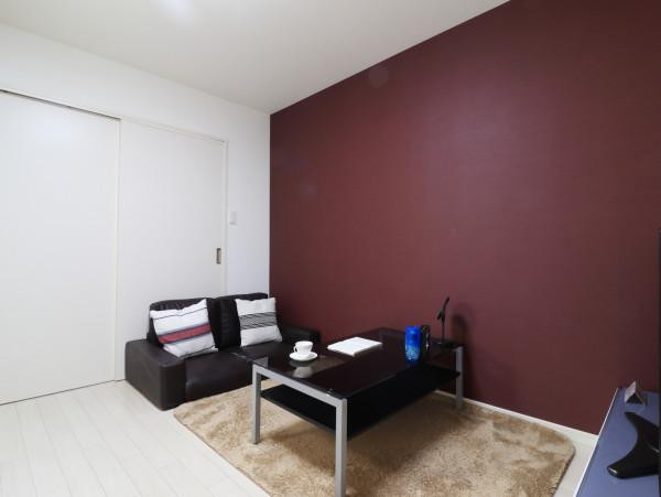 大き目なテレビやソファーがあり、ゆっくり寛げる空間となっております。家具家電だけでなく、ティッシュやリセッシュ等もご用意させていただいてますので、短期~長期でお住まいの方にもあったら助かるものが多いと、大変ご好評いただいております!!