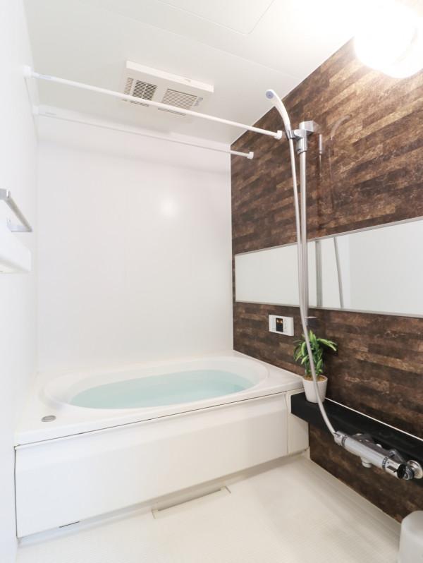 バストイレ別!シャンプーやボディーソープをご用意させていただいてるので入居してすぐ湯舟に浸かって疲れを癒すことができます!更に浴室乾燥機付き♪天気が悪い日でも洗濯ものを干すことができるなんて助かりますね(^^♪
