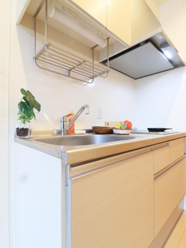 お洒落なキッチンです!IHコンロも二口ございますので自炊される方にはオススメ(^^♪広めなのでストレスフリーで調理いただけます。また、フライパンなどの調理器具一式とお皿をご用意させていただいてますので、入居してすぐ調理可能です♪近くにフレスタがございますのでお買い物をしてご入居されても良いかもしれません!