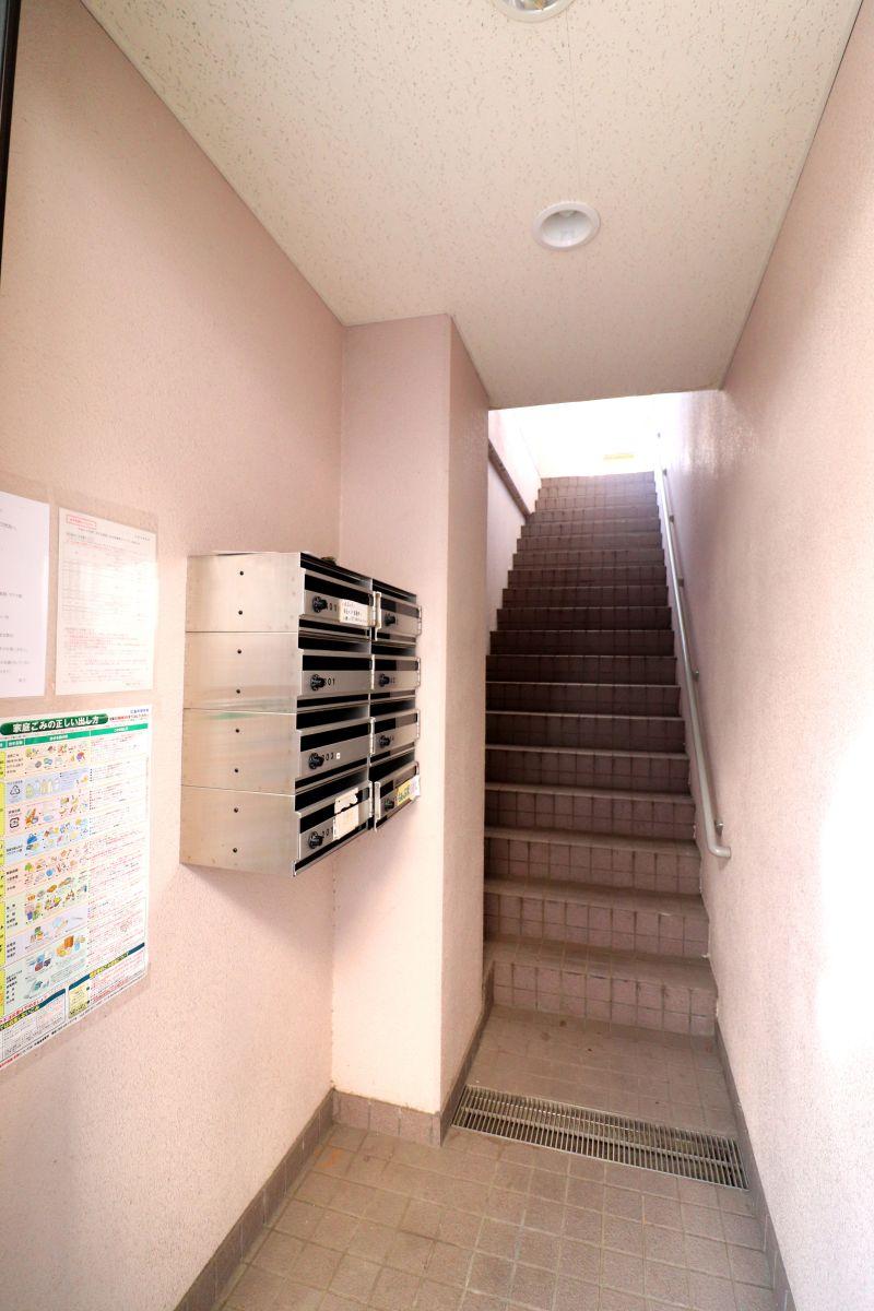 エントランス♪階段での移動となります!