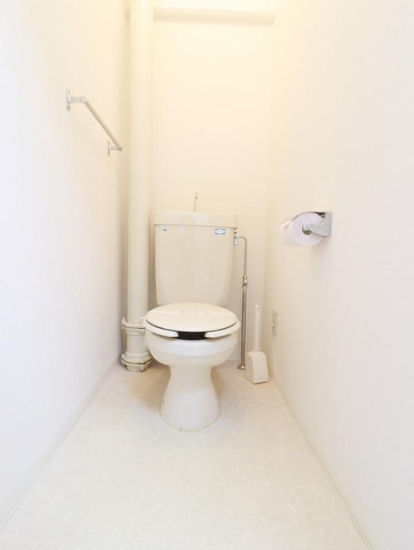 嬉しい風呂トイレ別設計で、トイレットペーパーも3ロールご用意しておりますので、短期から長期まで様々なお客様に安心してお使いいただけます。もちろん、トイレブラシもご用意しておりますので、いつでも清潔にご利用していただくことが出来ます。(*'ω'*)