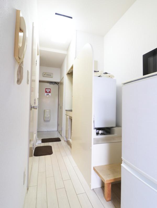 室内に洗濯機を配置しておりますので、雨の日でも洗濯することが可能でございます。靴ベラや使い捨ての新品スリッパも備品としてご用意しておりますので、ご自由にお使いください。(*'ω'*)