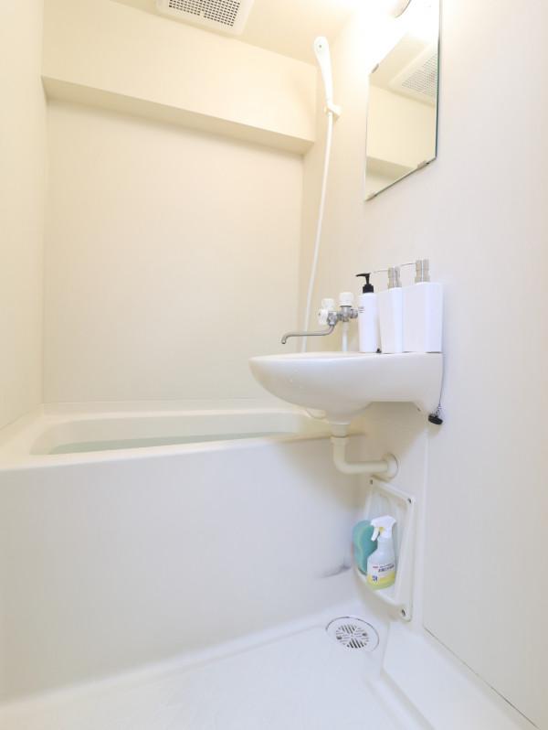嬉しい風呂トイレ別設で、気兼ねなくお使いいただけます。シャンプー・コンディショナー・ボディーソープを完備し、新品のボディータオルもご用意。勿論、洗剤とスポンジもあるので、掃除も可能です。風呂桶もご用意しておりますので、湯船に浸かっていただく際にも便利。普段家では浸からないけれど、という人こそ、ご利用していただければと思います。(*'ω'*)